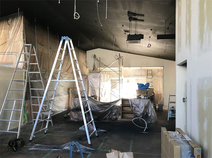 【ハットリライスマーケット】天井を塗装中
