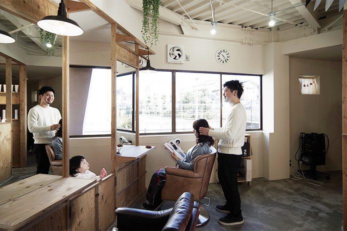 【店舗デザインのアイデア集】お子様連れで気兼ねなく美容院。キッズスペースのあるヘアサロンのアイデア集