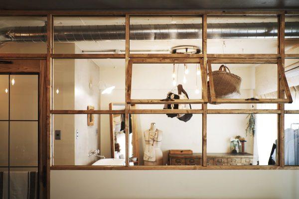 暮らしそのものが絵になる。室内窓のあるインテリア事例集