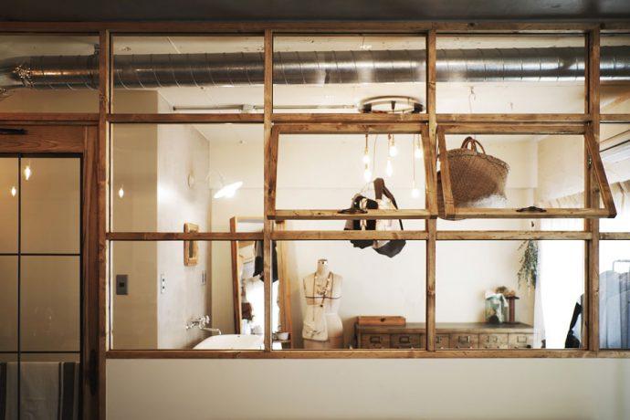 【インテリアのアイデア集】暮らしそのものが絵になる。室内窓のあるインテリア事例集