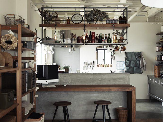 【インテリアのアイデア集】カフェ風インテリアで大人気。キッチン吊り棚のアイデア集
