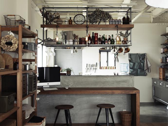 カフェ風インテリアで大人気。キッチン吊り棚のアイデア集